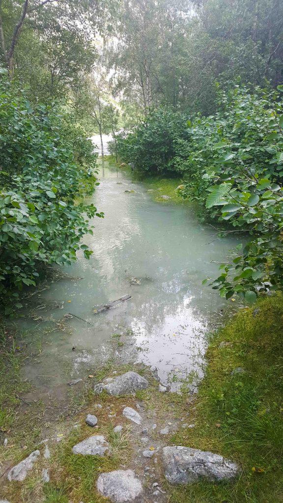 Overstroomde wandelpaden onderweg naar Brenndalsbreen
