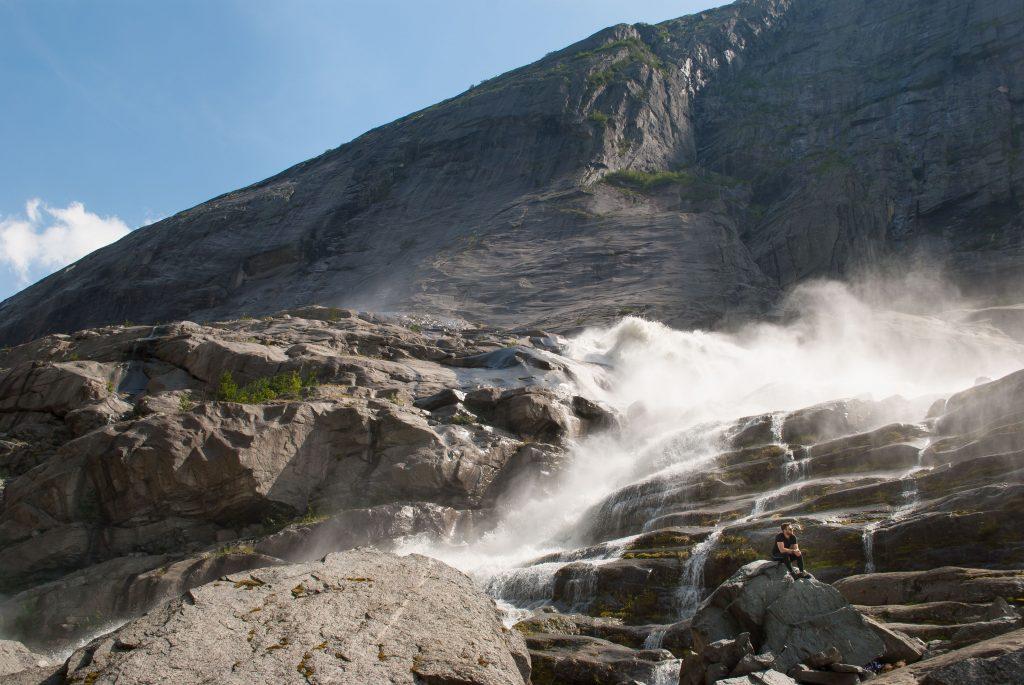 Genieten van het verkoelende smeltwater van de Brenndalsbreen