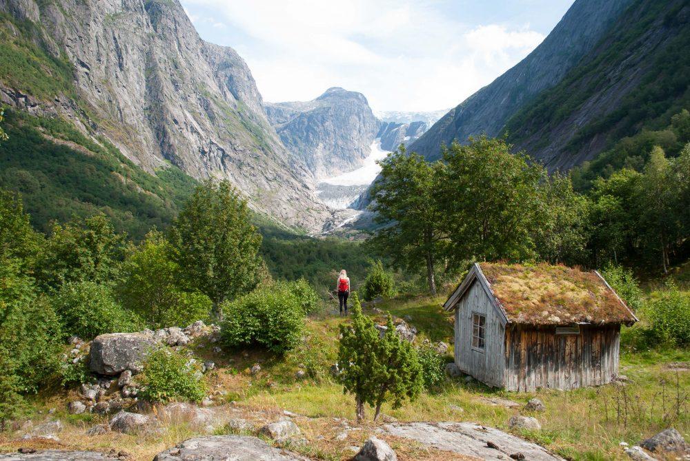 Wandelen naar de Brenndalsbreen gletsjer in Noorwegen
