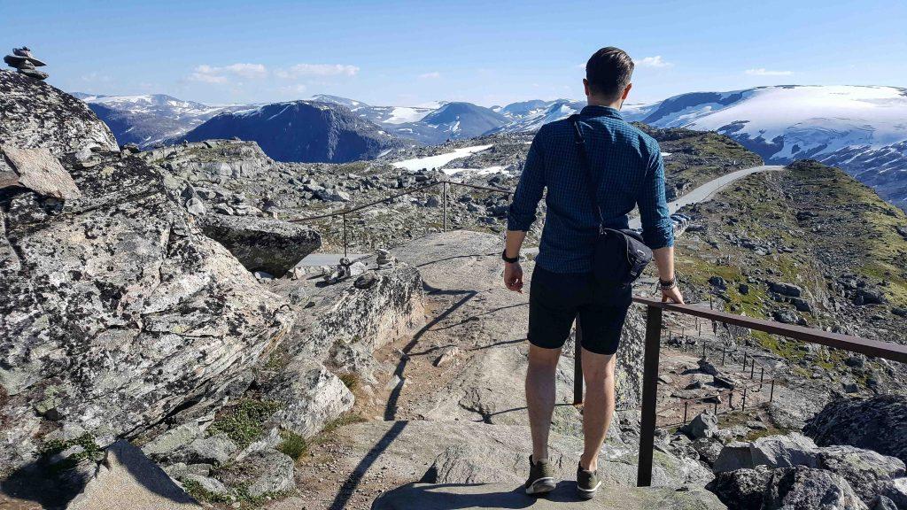 Wandelen over de stenen trappen op Dalsnibba