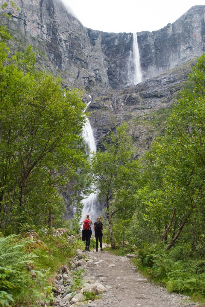 Twee vriendinnen onderweg naar Mardalsfossen waterval in Noorwegen