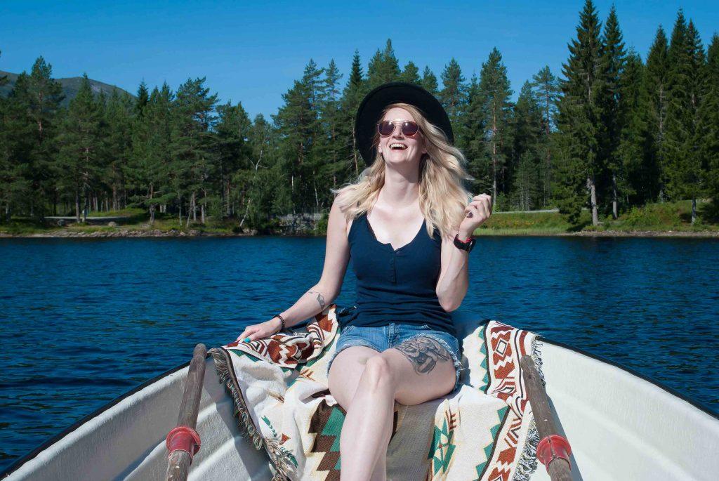 Lachend op het roeibootje op het meer bij de gapahuk in Skogtun, Stryn