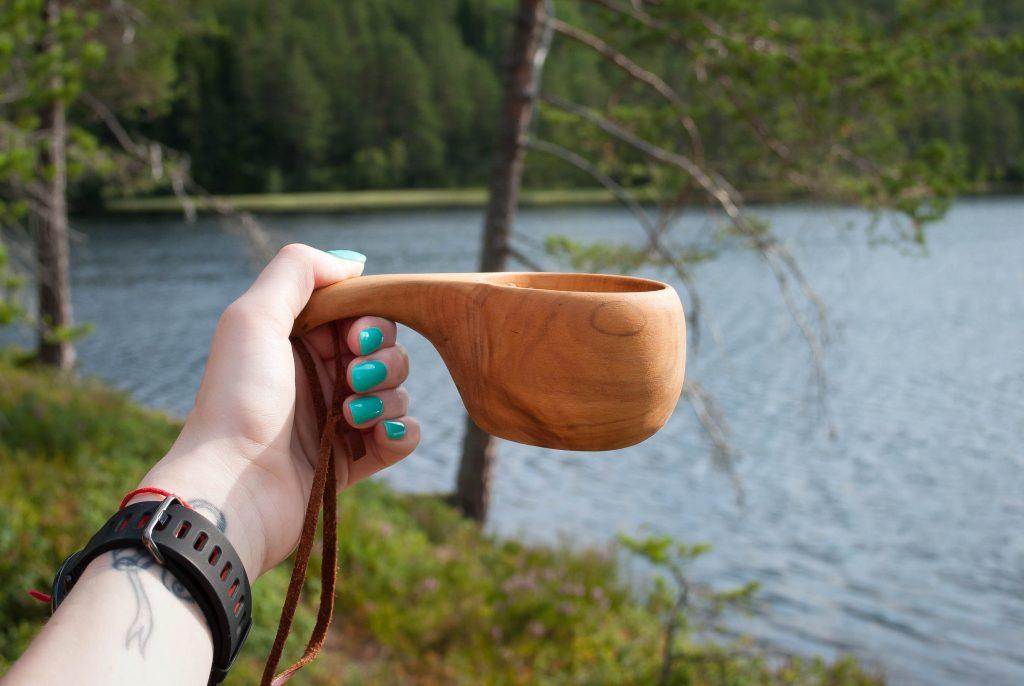 Noorse koffiebeker bij het meer in Stryn