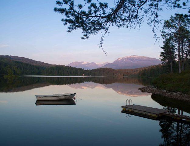 De zon die langzaam ondergaat aan het meer in Skogtun, Stryn