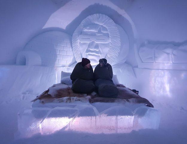 Moeder en dochter op bed van ijs in Tromsø Ice Domes