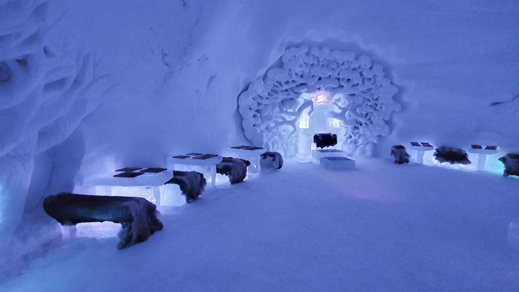 De ijsbar met troon van ijs in Tromsø Ice Domes