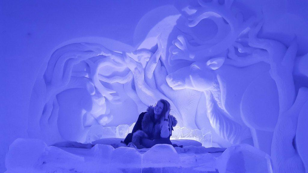 Lachende vrouw op bed voor rendieren van sneeuw in Tromsø Ice Domes