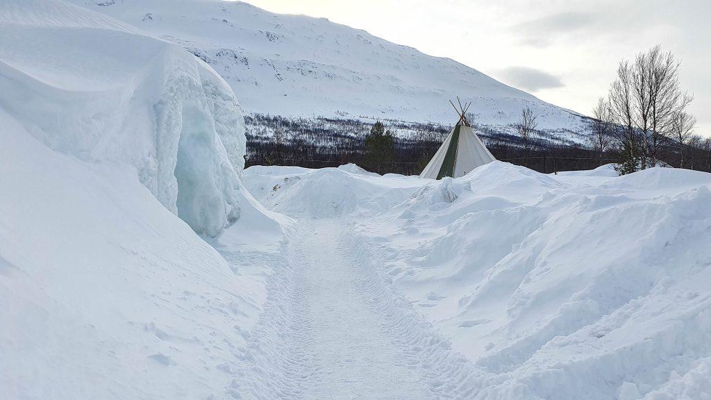 Tromsø Ice Domes en de lavvu bij daglicht