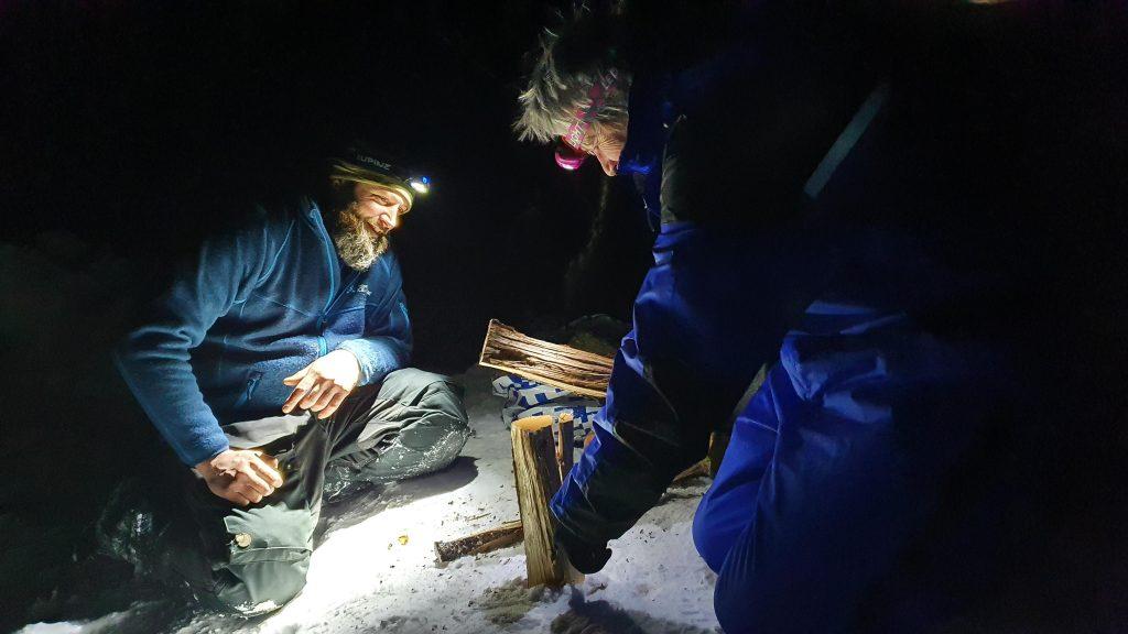 Houtjes hakken in de nacht in Tamokdalen