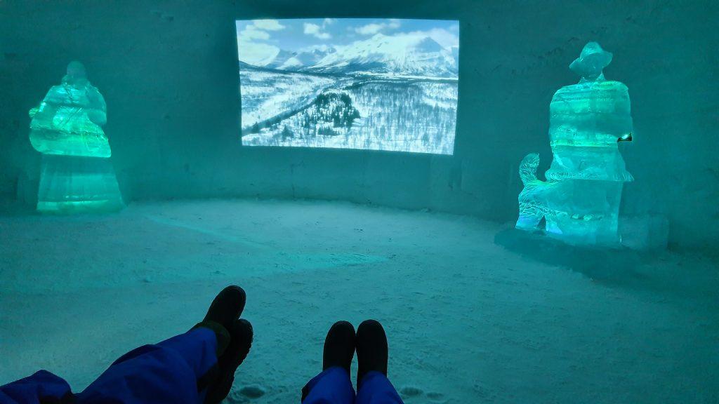Film kijken in de bevroren bioscoop van Tromsø Ice Domes