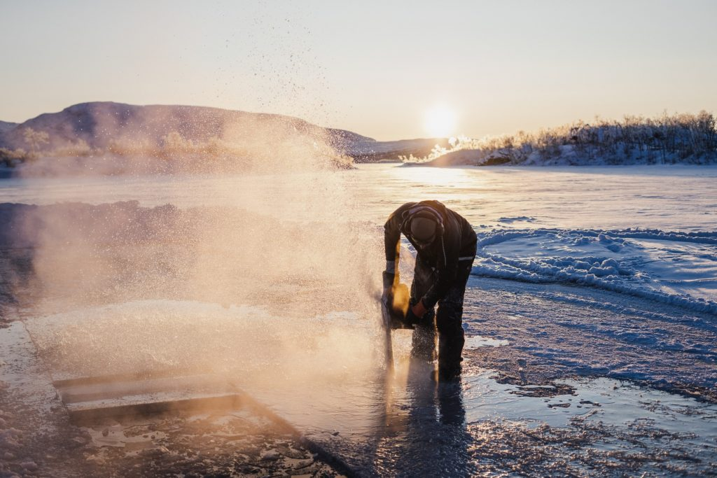 IJsblokken zagen in Finland voor de constructie van Tromsø Ice Domes