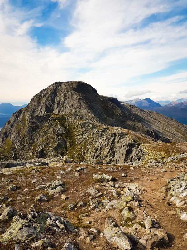 Uitzicht over de bergen tijdens de wandeling naar Romsdalseggen